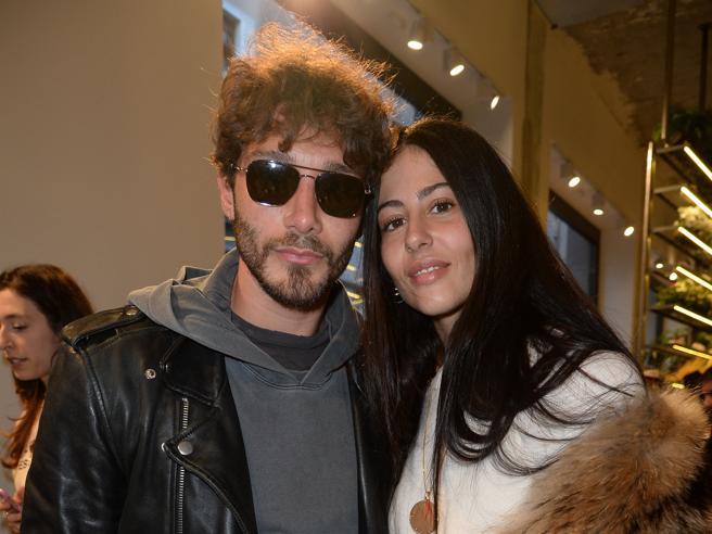 Stefano De Martino e Gilda Ambrosio a Milano: i due insieme a un party