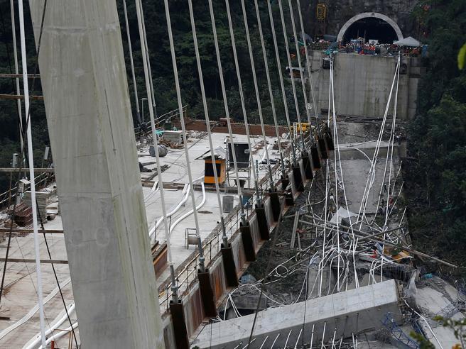 Crolla ponte in ColombiaMorti dieci operai - Il video