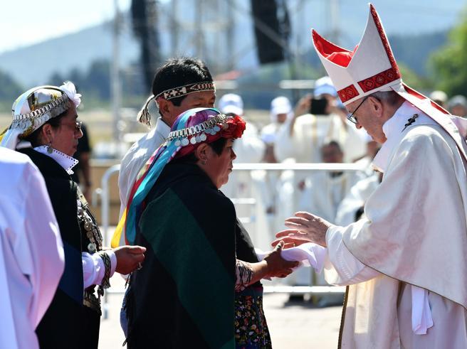 Papa Francesco ai Mapuche: «Ingiustizie subite per secoli»Colpito alla testa da un giornale