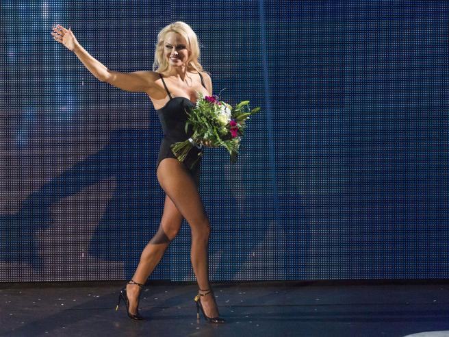 Pamela Anderson in body nero fa l'assistente di un mago ad Amburgo