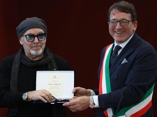 Vasco Rossi cittadino onorario di Modena: «Ringrazio il cielo e la chitarra»
