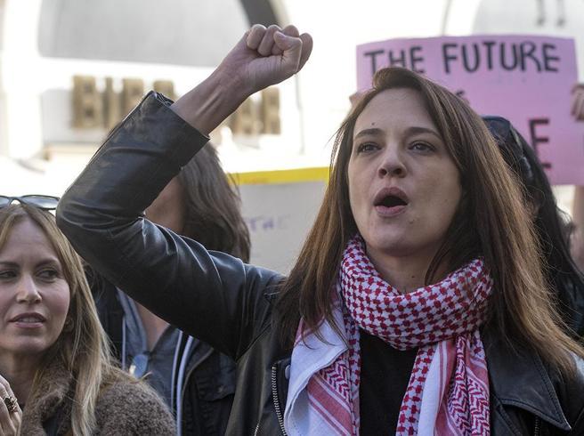 La «marcia delle donne»  contro le molestie. E  a Roma  c'è  anche Asia Argento  Guarda il video