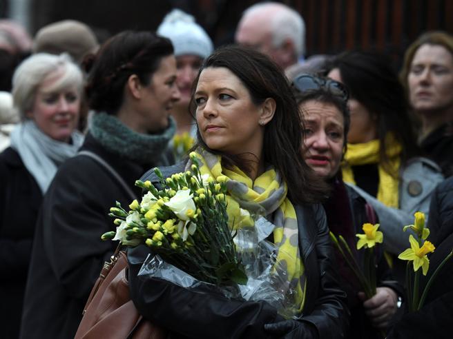 Dolores O'Riordan, fiori giallie lacrime: il saluto delle ex compagne di scuola Le fotoLa carriera: immagini|Video