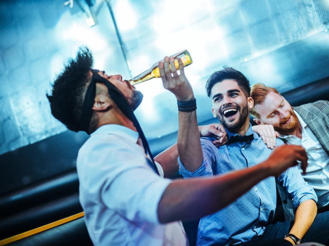 Il consumo di alcol da ragazzi aumenta il rischio di cirrosi da adulti