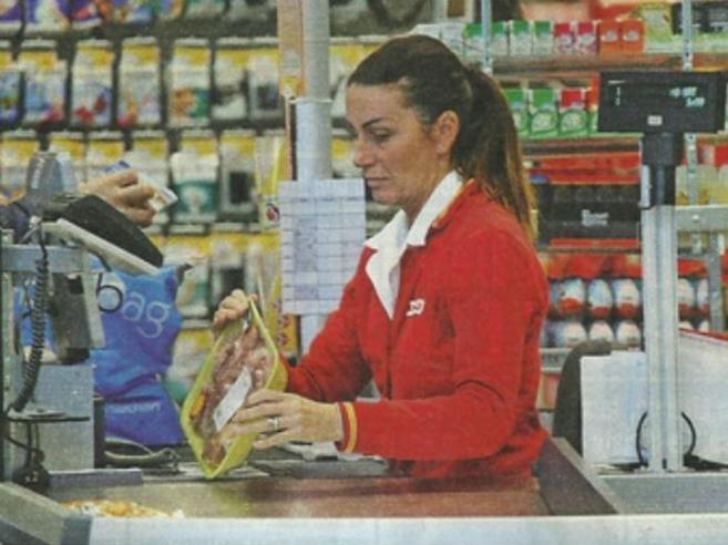 La nuova vita di Cristina Plevani: cassiera part-time in un supermarket