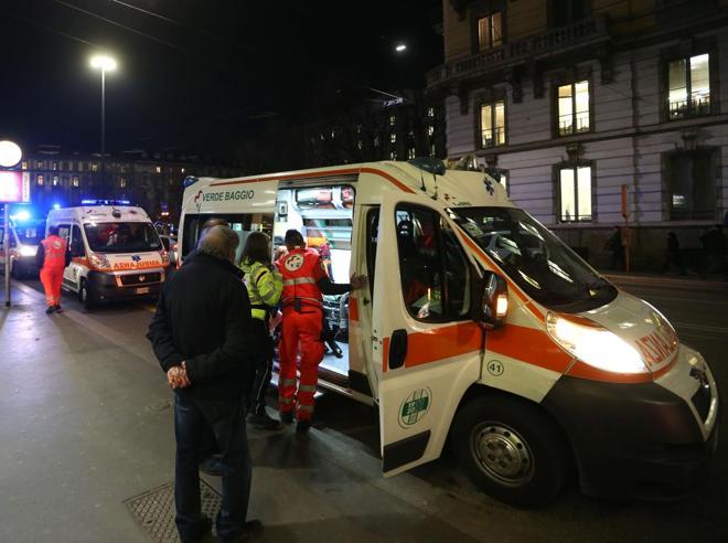Milano, l'autista del metrò frena di colpo: tutti   finiscono a terra