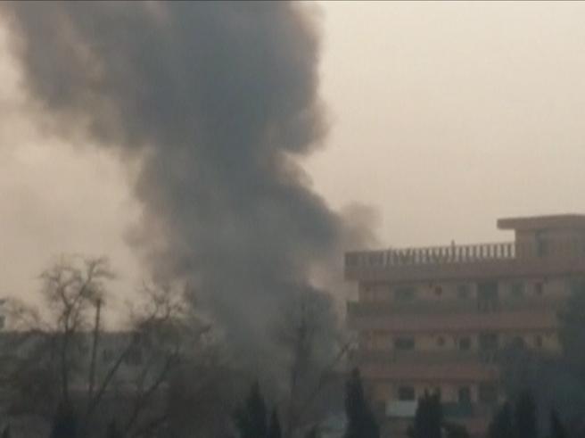 Afghanistan, assaltata la sede della ong Save The Children: due morti e 14 feriti | Il video