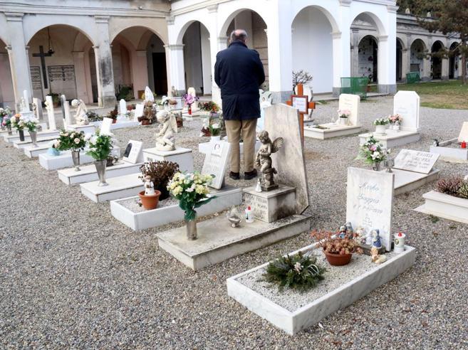 Cremona e i furti al cimitero dei bimbi: «Creiamo  un database dei ricordi»