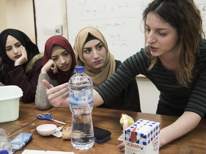 Dieci studentesse palestinesi a Trieste «Usiamo  la scienza per aiutare la gente»