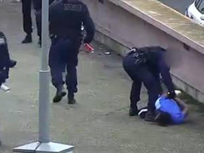 Ferirono e violentarono un ragazzo: tornano in servizio i tre poliziotti  | Il video