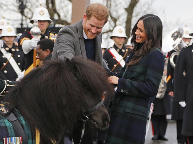 Cappotto scozzese e scherzi con un pony: nuovo bagno di folla per Harry e Meghan