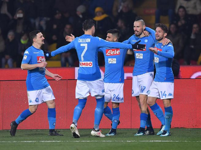 Benevento-Napoli 0-2, Mertens e Hamsik blindano il primo posto