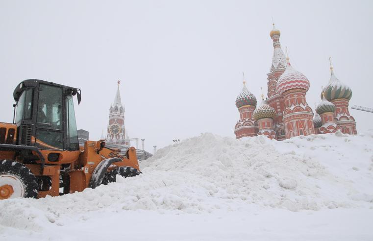 Nevicata eccezionale a Mosca, «sepolta» la Piazza Rossa  Le foto