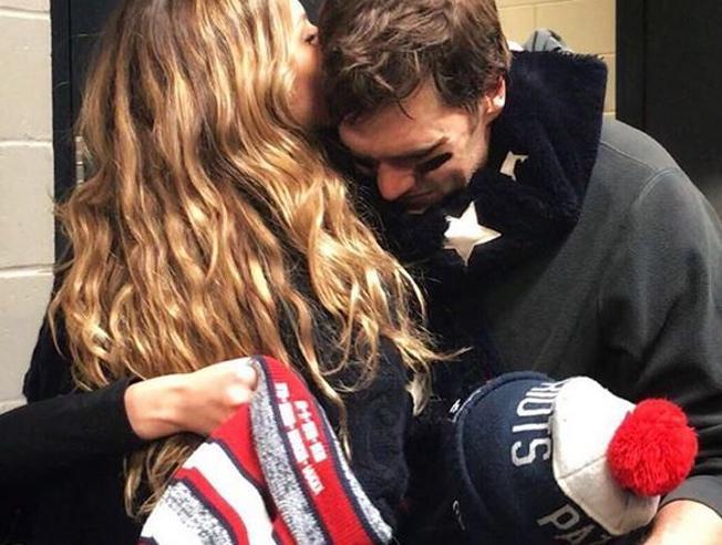 Superbowl, Gisele consola il marito Tom Brady dopo la sconfitta