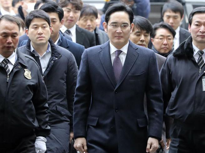 In carcere per corruzione, libero in pochi mesi: l'erede di Samsung e la saga tra tangenti e serie tv