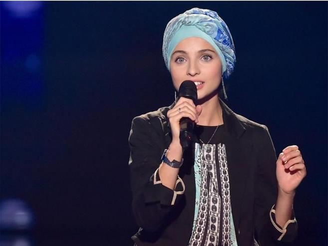 La cantante con il velo che strega la Francia (e denuncia complotti)