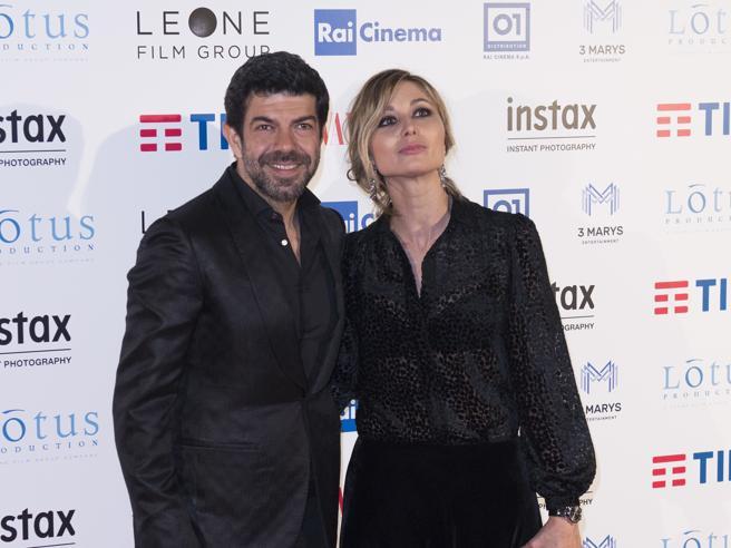 Roma: Pierfrancesco Favino con Anna, Stefano Accorsi con Bianca sul red carpet di «A casa tutti bene»