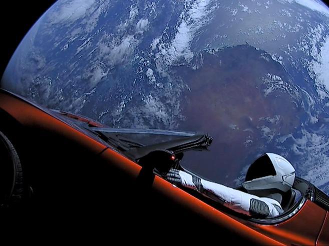 La Tesla di Starman fotografata nello spazio da due italiani|Video