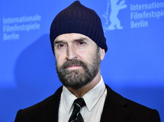 Festival del cinema di Berlino, rughe e berretto per Rupert Everett sul red carpet