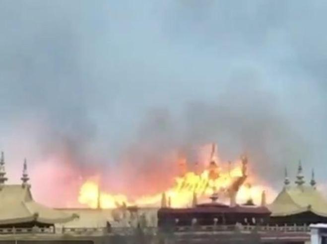 Tibet, brucia il tempio Jokhang Il silenzio di Pechino  Video