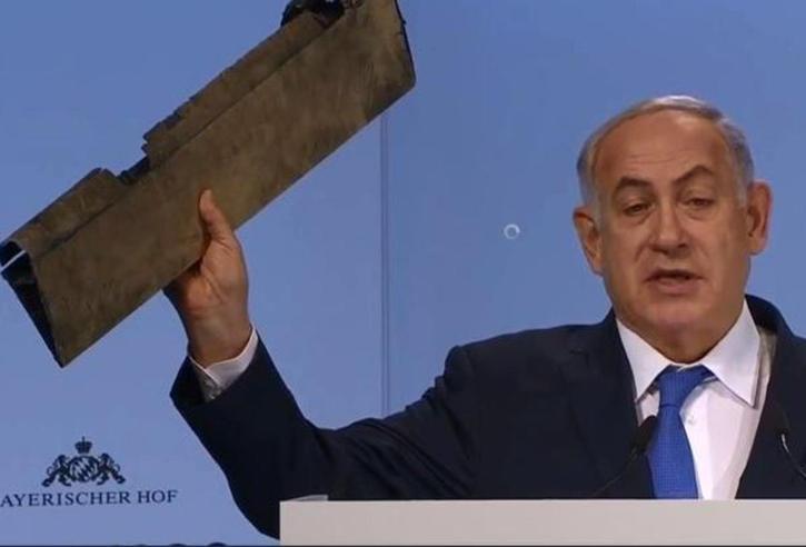 Netanyahu sul palco mostra un drone, il ministro iraniano: numero da circo  - Video