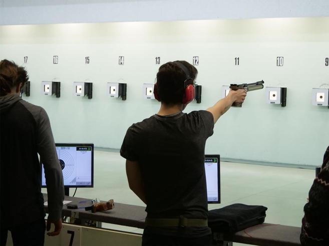 Studenti di  prima superiore al poligono di tiro: polemica a scuola