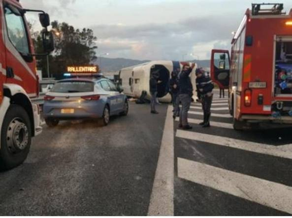 Incidenti: bus squadra calcio finisce in scarpata su A14, 9 feriti