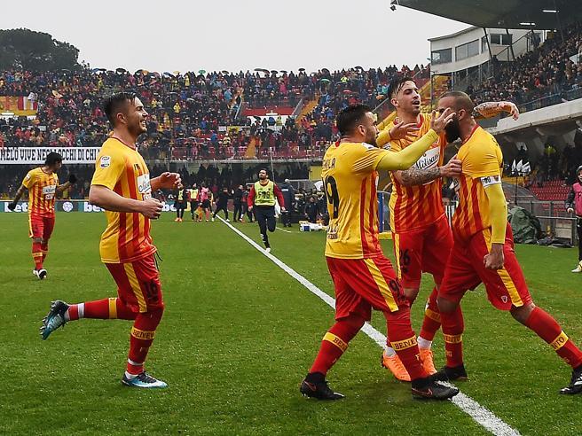 25ª giornata, il Benevento allo scadere inguaia il Crotone (3-2), al Bologna il derby col Sassuolo (2-1)