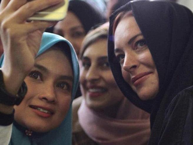 Lindsay Lohan con il velo a Londra: si è davvero convertita all'Islam?