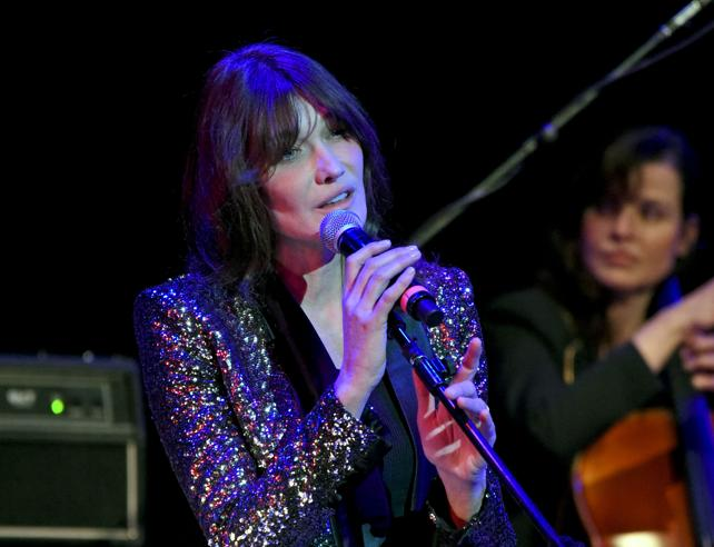 Giacca iridescente e pantaloni in pelle: Carla Bruni in concerto a New York
