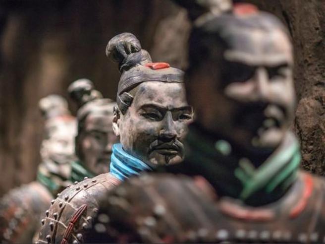 Turista americano rompe pollice a un guerriero di terracotta cinese Pechino: «Severa punizione»