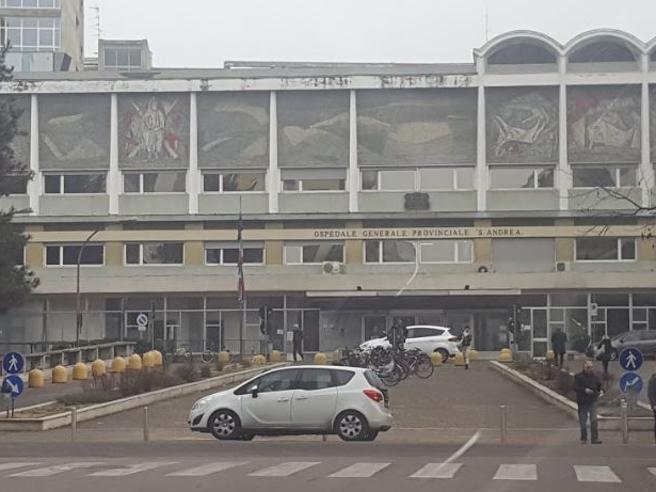 Vercelli, moglie muore in ospedale: nessuno avverte la famiglia