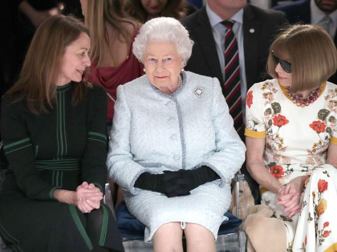 La Regina Elisabetta per la prima volta sul front row di una sfilata