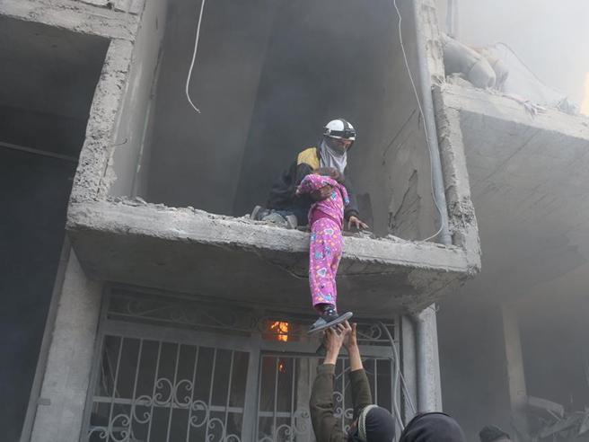 la bambina con il pigiama a rosa è l'immagine simbolo della strage di civili a Ghouta