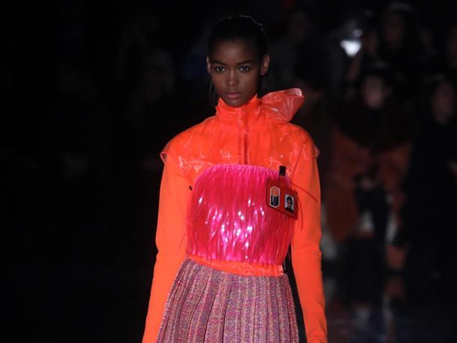 Milano Fashion Week 2018, fluo e gilet imbottiti: la notte non fa paura alla donna di Prada