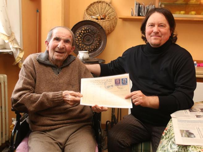 La cartolina restituita 74 annidopo: «Il postino era senza bici»