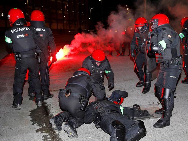 Ultrà nazisti russi, furia  a Bilbao: morto  un agente  Il video|Le foto