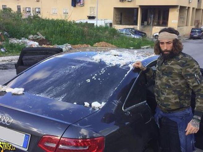 Brumotti e la troupe di «Striscia» aggrediti allo Zen di Palermo, uno sparo sull'auto