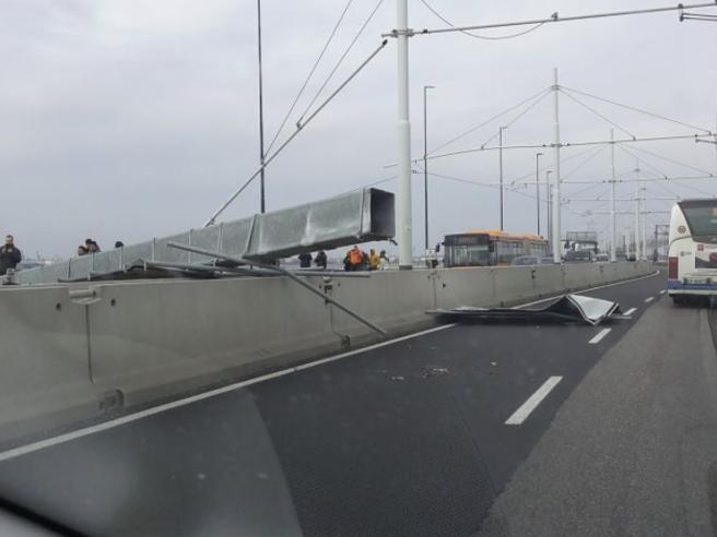 Crolla pilone sul Ponte della Libertà. Tragedia sfiorata, bl