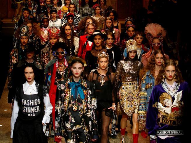 Dolce & Gabbana, la sfilata tra simboli religiosi e droni per le borse