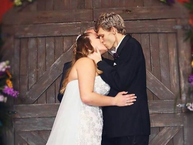 Morto il 19enne malato terminale che sposò la compagna di scuola Le foto|Il ballo al matrimonio
