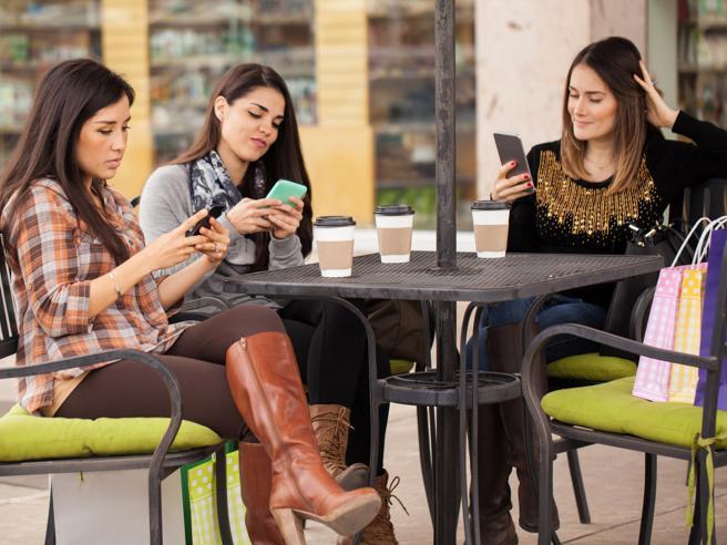 Usare il telefonino mentre si è a tavola con amici «dimezza» il divertimento