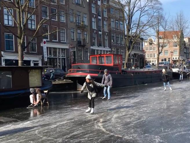 Amsterdam: canali ghiacciati e si pattina per le vie d'acqua