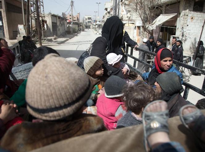 Ghouta: Assad avanza, civili in fuga.  «In arrivo 46 camion di aiuti»