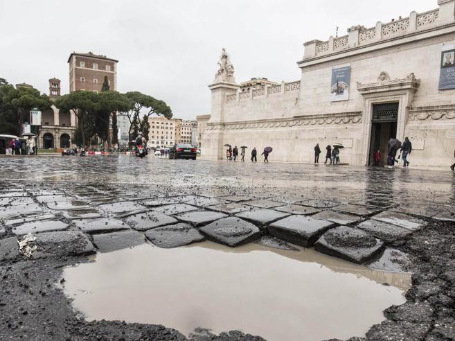 Buche e voragini dopo la neve:Il volto tumefatto di Roma Foto