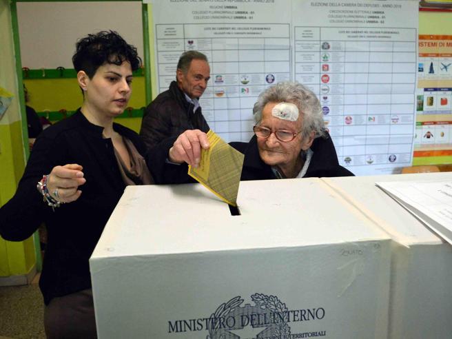 Nonna Luisa al seggio a 106 anni: «Votare è diritto sacrosanto che va difeso ed esercitato sempre»
