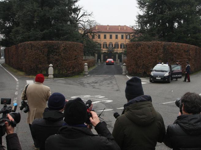 Berlusconi deluso si sfoga coi fedelissimi, ma resiste. E vuole lasciarsi le  mani libere