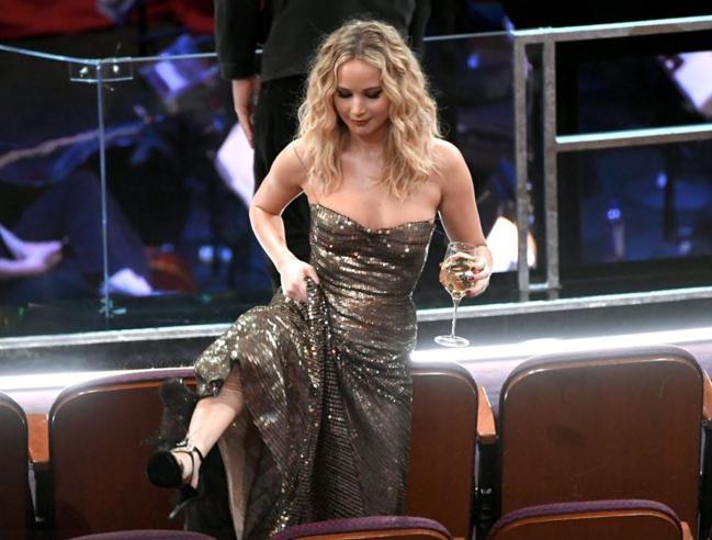 Oscar 2018, Jennifer Lawrence dà spettacolo, col bicchiere in mano