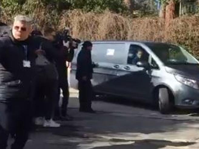 La camera ardente di Astori: il feretro a Coverciano accolto dai compagni |Foto |Video|Tv