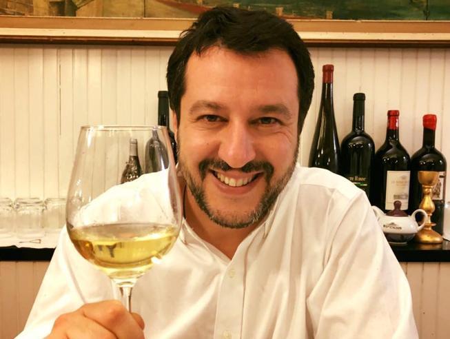 Salvini brinda con ironia ai suoi «nemici». Saviano  replica  citando una scena di Gomorra
